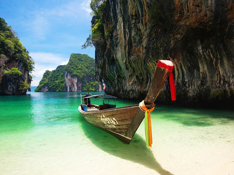 Остров Пхукет – один из популярнейших курортов Таиланда. Это отдельная тайская провинция и самый большой из тайских островов. Несмотря на свое расположение, на самом деле он вовсе не оторван от остального мира. С материком его соединяет не только морское и авиасообщение, но и три автомобильных моста.