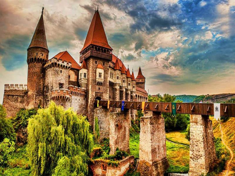 У нас появилась наместница Б-га на земле - Страница 4 Hunyad-castle-Romania-1024x683